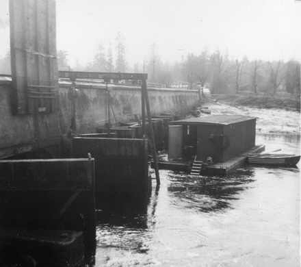 Diving barge at flood gates